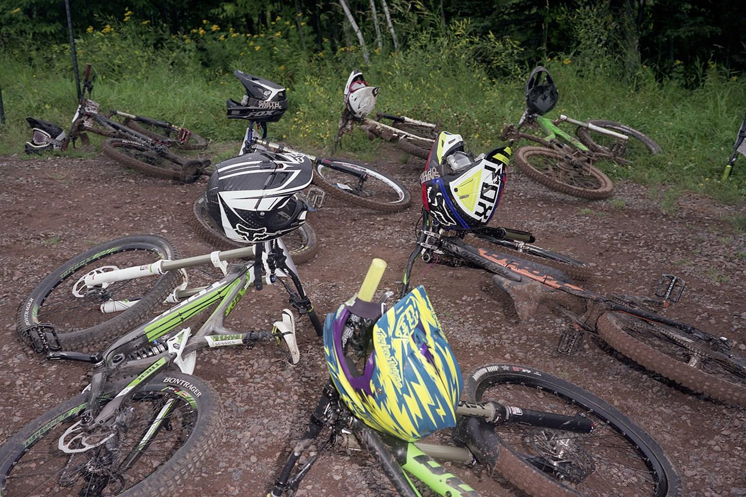 Downhill: Helmets & Bikes